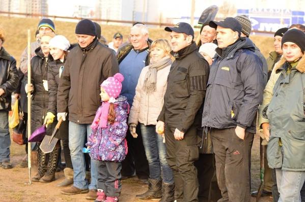 На месте скандальной стройки ТРЦ у метро «Осокорки» жители района высадили деревья (видео)
