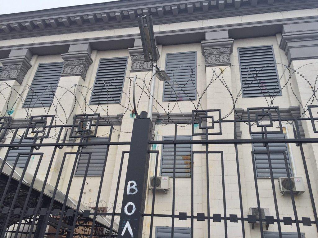 В Киеве посольство РФ забросали бутылками с йодом