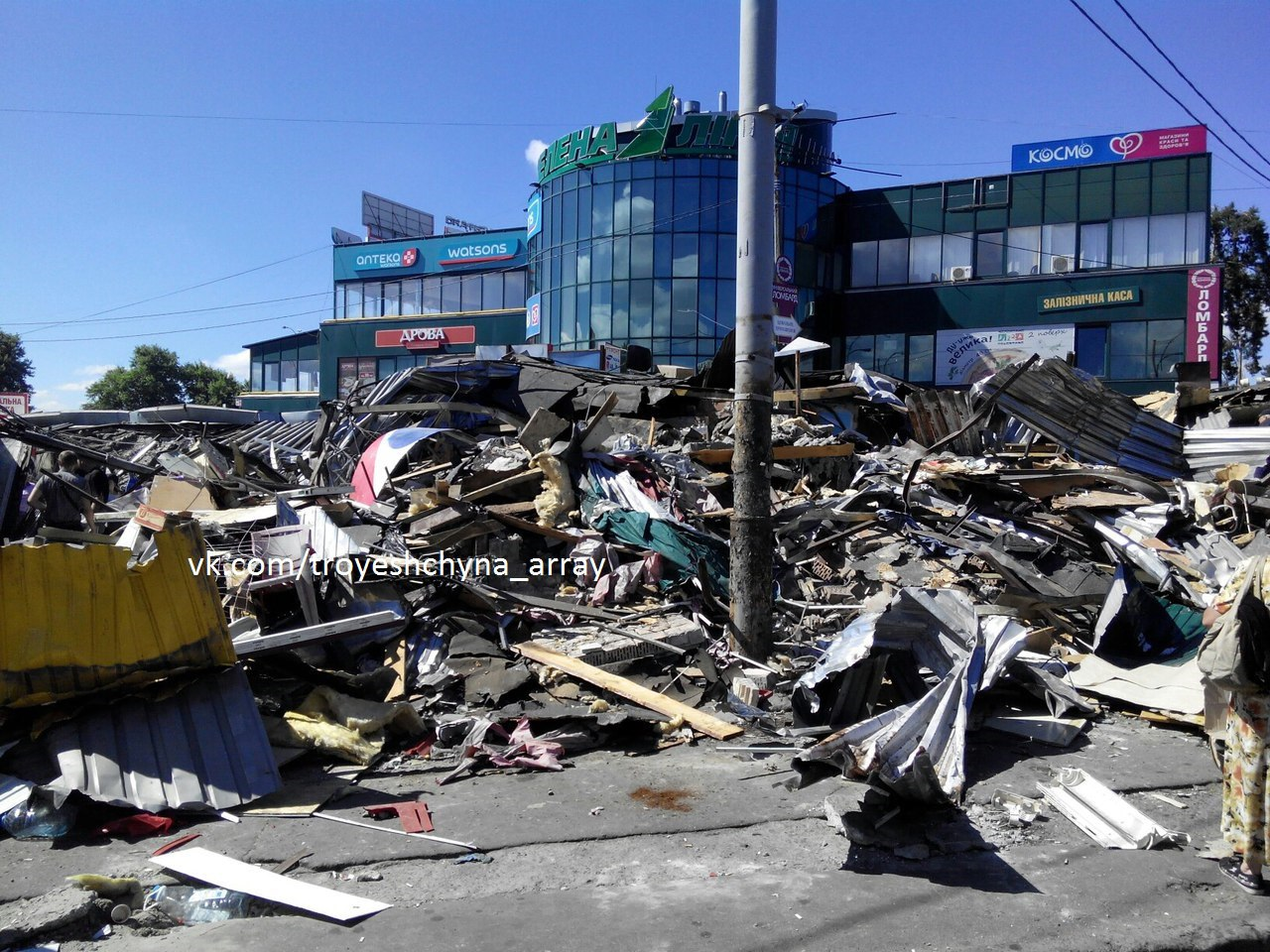 ВКиеве ночью снесли новейшую порцию МАФов: люди ходят погорам мусора
