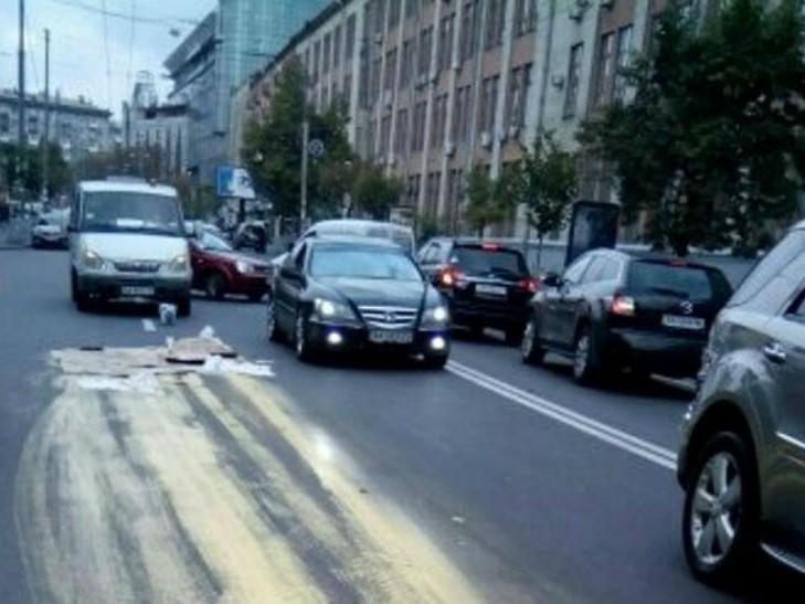 Разлилась краска: вКиеве шофёр испортил новейшую дорогу