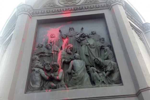 Украинские вандалы осквернили монумент правителю Владимиру вКиеве
