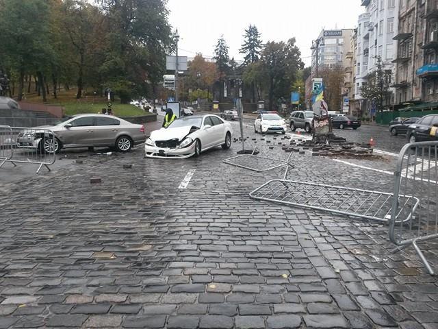 ВКиеве Mercedes врезался в памятник герою Небесной сотни Михаилу Жизневскому