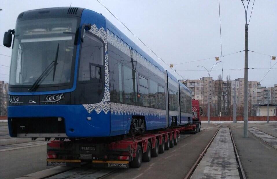 Встолицу страны Украина доставили очередной низкопольный польский трамвай