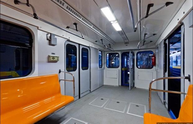Ввагонах киевского метро убрали половину рекламы