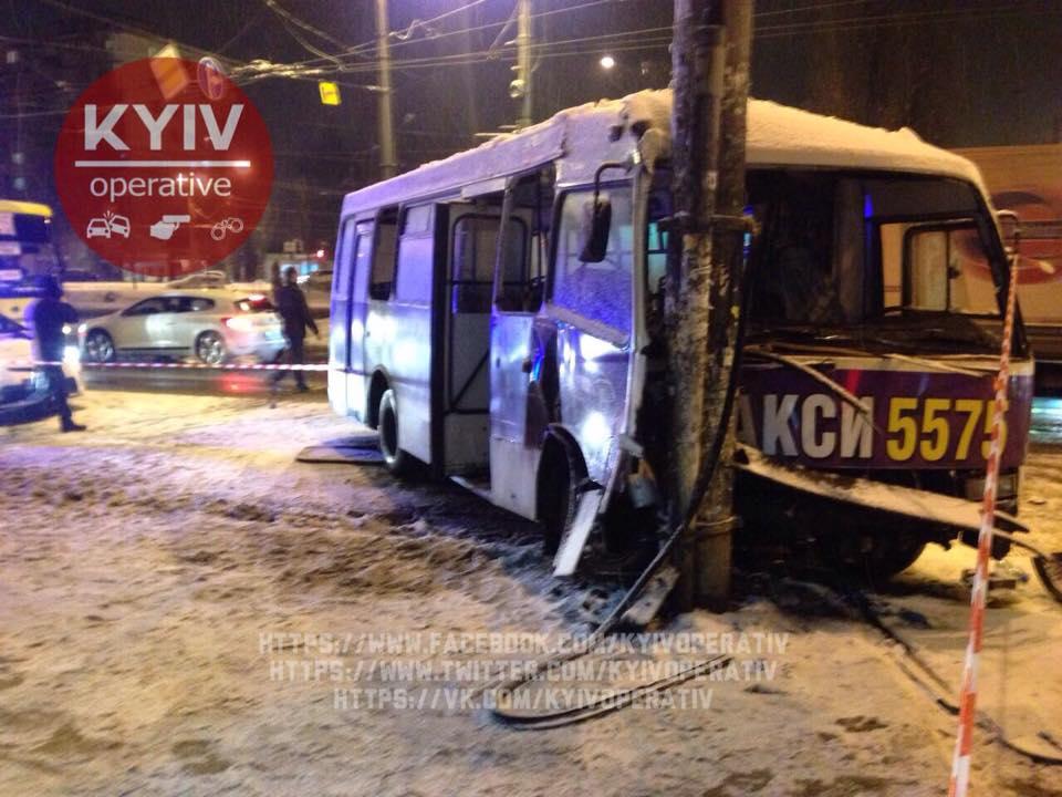 ВКиеве маршрутка врезалась встолб, есть пострадавшие