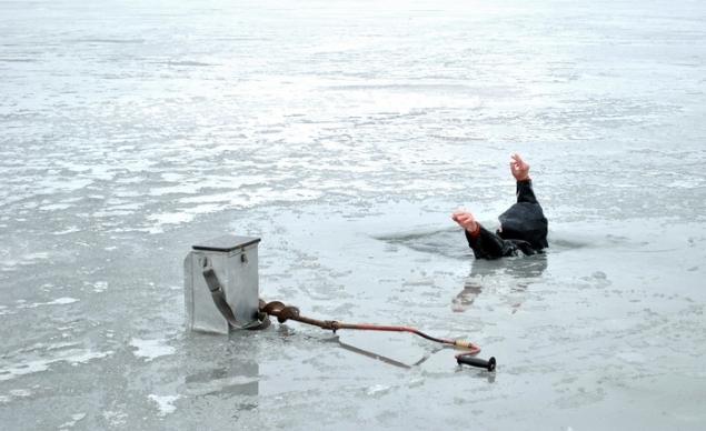 ВКиеве патрульные спасли провалившегося под лед рыбака