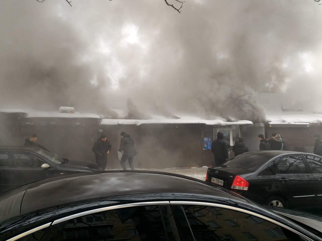 ВКиеве горел радиорынок «Караваевы Дачи»