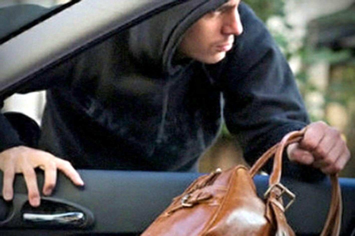 ВКиеве неизвестный обокрал автомобиль народного депутата, милиция возбудила дело