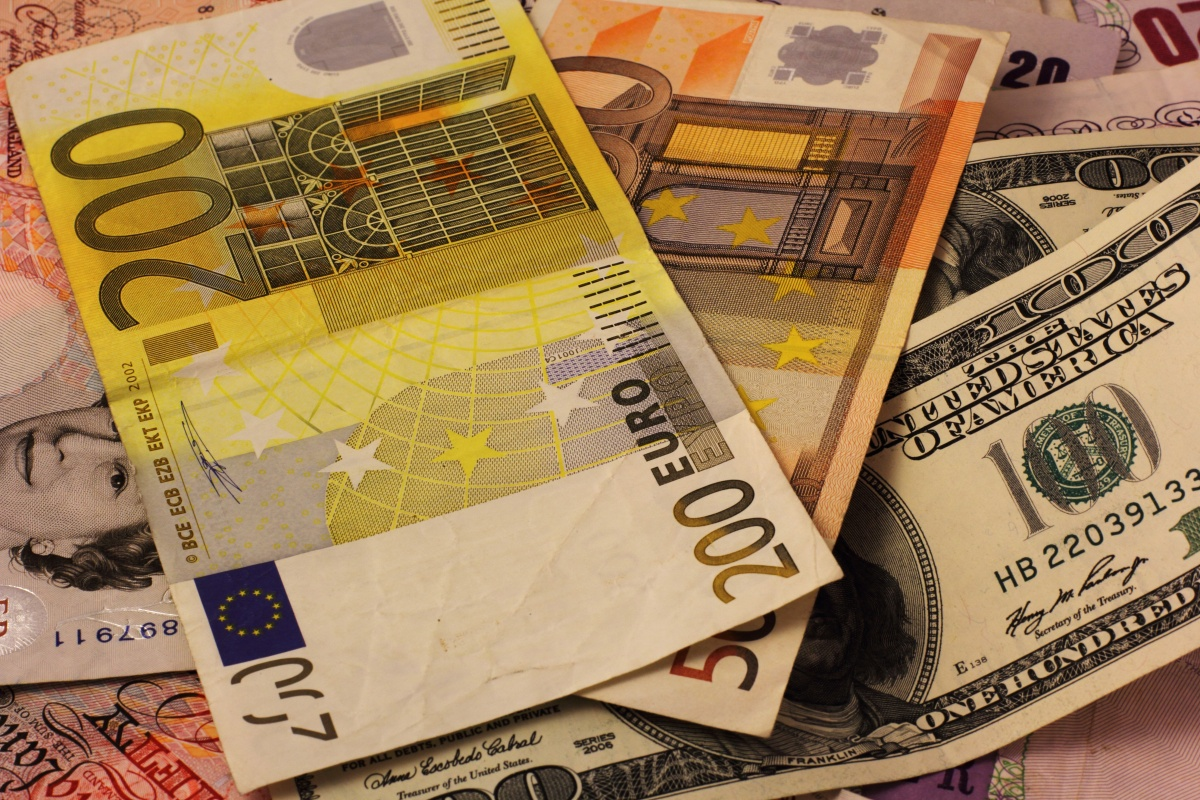 Биржевой курс доллара снова поднялся выше 57 руб