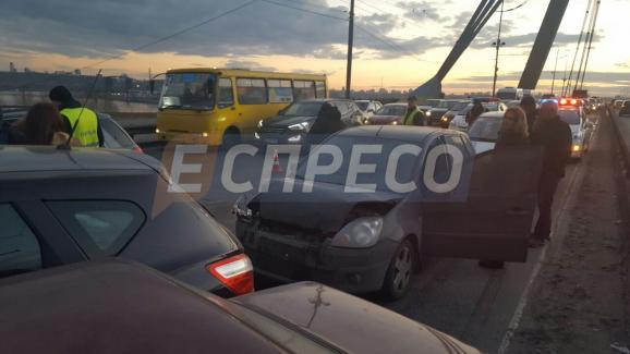 НаМосковском мосту вКиеве столкнулись 9 авто