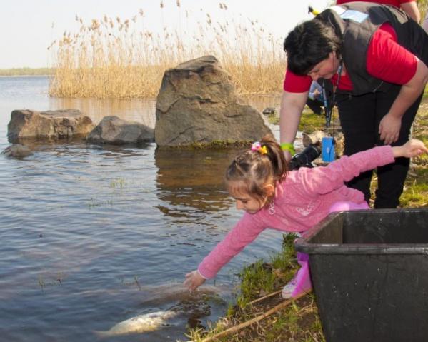 Патриарх Филарет вместе с детьми выпустит в Днепр 5 тонн рыбы