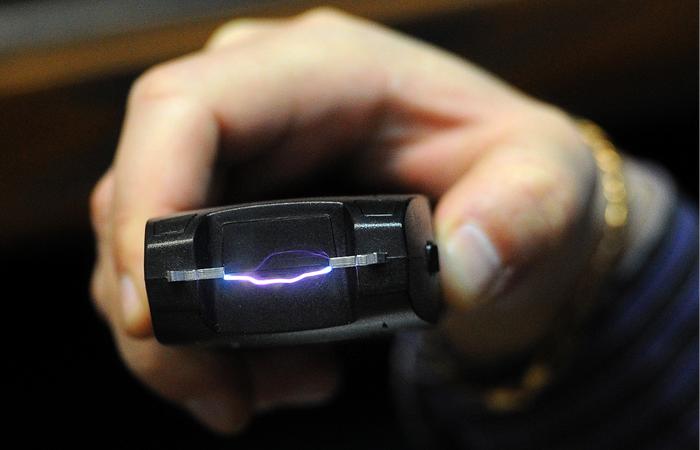 ВКиеве рецидивисты сэлектрошокером напали надевушку