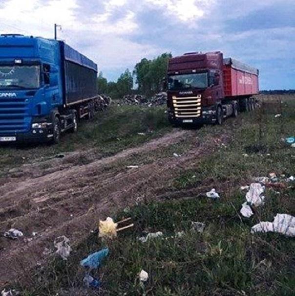 ВКиевской области здешние граждане остановили попытку выгрузить фуры сльвовским мусором