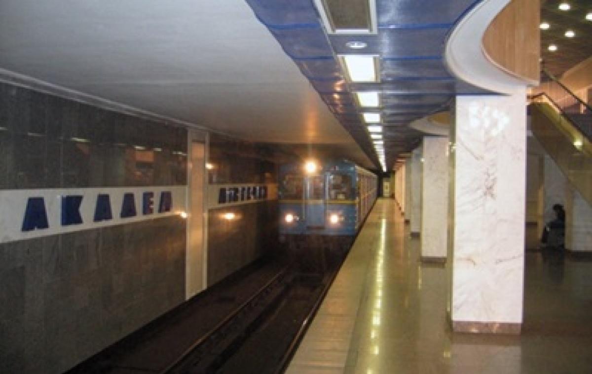 Вкиевском метро человек бросился под поезд