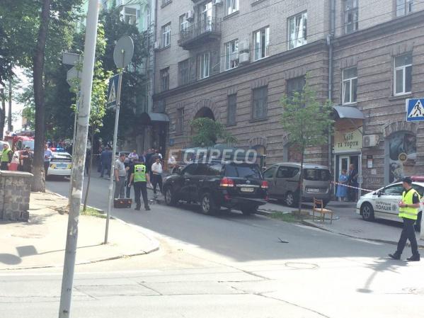 В салоне джипа в Киеве прогремел взрыв - есть пострадавший (фото)