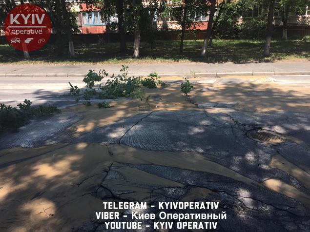 В Киеве очередной прорыв трубы: целый микрорайон остался без воды