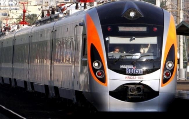 Под Киевом поезд «Интерсити» столкнулся савтомобилем, есть погибшие