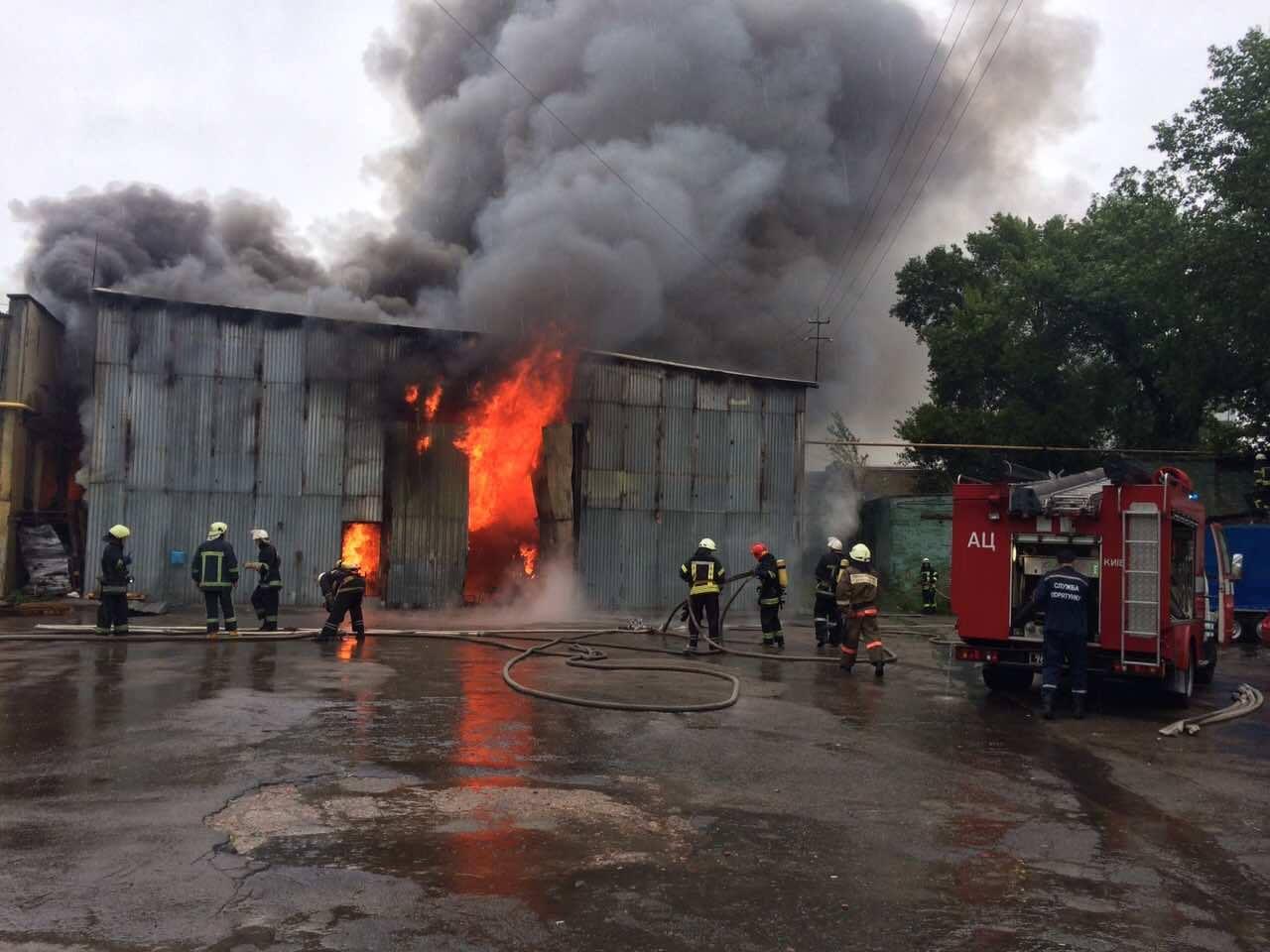 ВКиеве произошел интенсивный пожар совзрывами