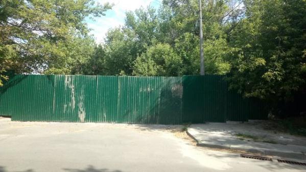 На горе Щекавица в Киеве обнесли забором место разворота автомобилей