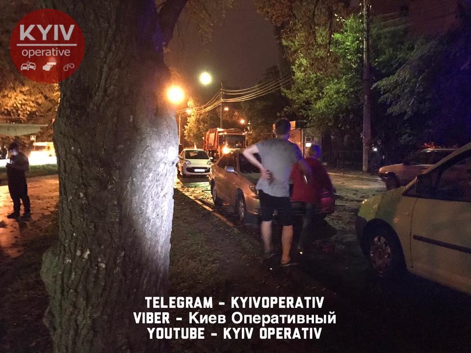ВКиеве трое неизвестных напали намужчину ссобакой, произошла стрельба