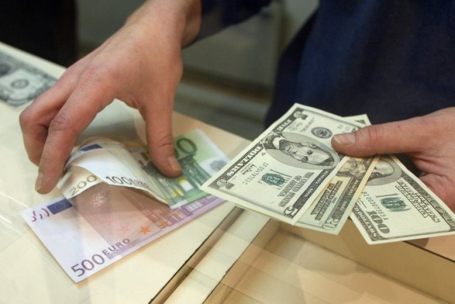 Начерном рынке курс доллара падает