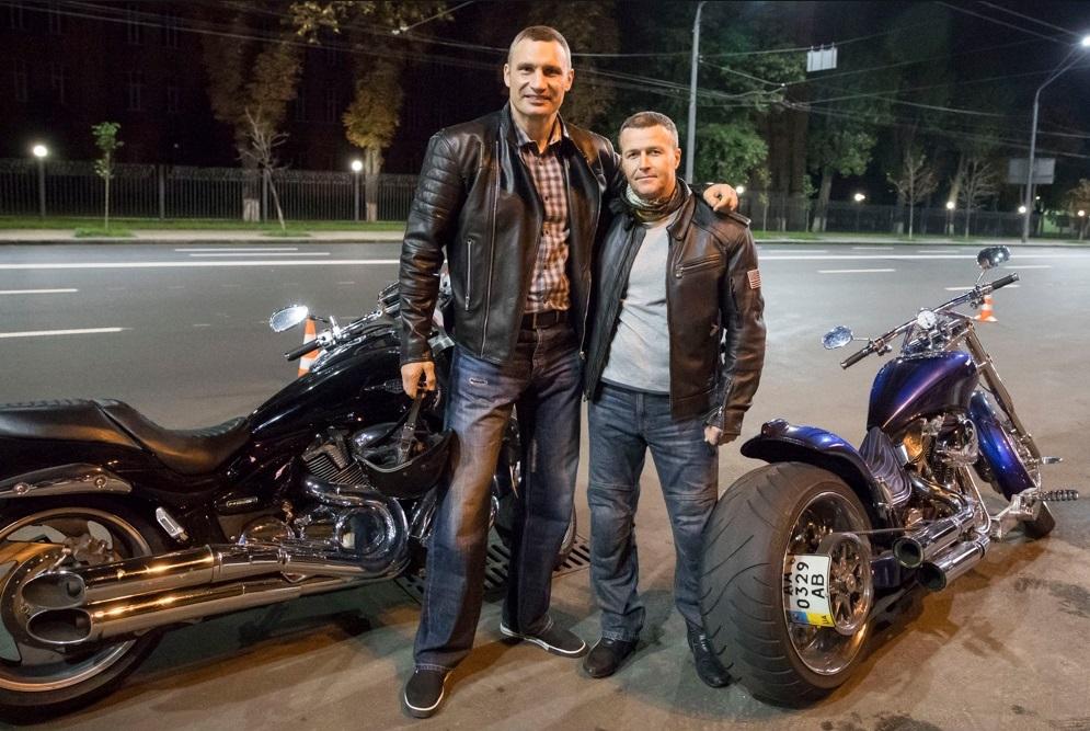 «Терминатор» Кличко намотоцикле оценил состояние дорог столицы Украины