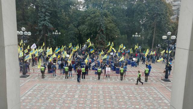 ПодВР проходит митинг собственников авто наиностранных номерах: протестующие перекрыли улицу
