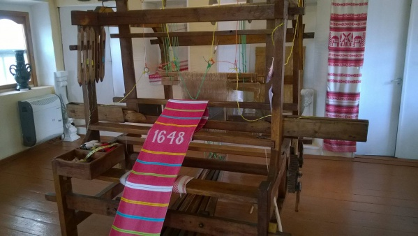 На Киевщине на старинном станке выткали самый длинный рушник ручной работы (фото)