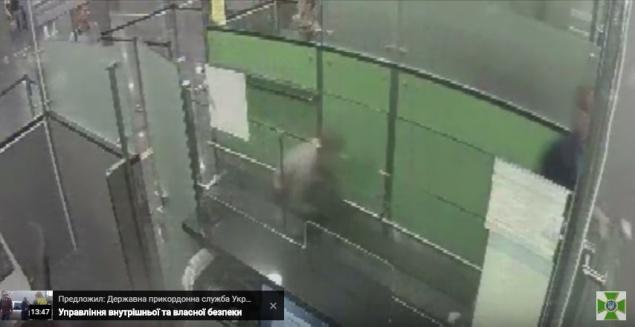 """В аэропорту """"Борисполь"""" шутник на корточках решил проверить бдительность таможни (видео)"""