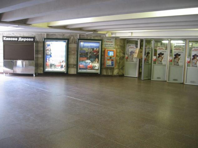 """В аварийном входе на станции метро """"Тетральная"""" монтируют торговую точку площадью 100 кв.м."""