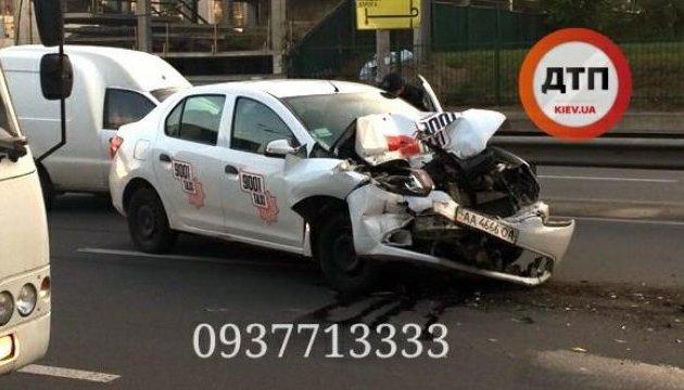 ВКиеве такси наполном ходу влетело вмаршрутку: движение парализовано