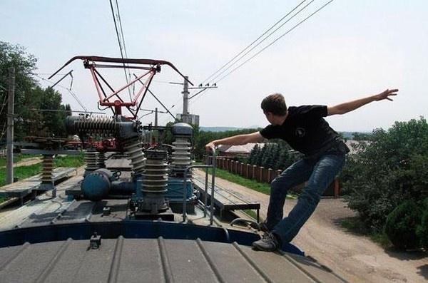Селфи накрыше электрички: под Киевом парень получил 80% ожогов тела
