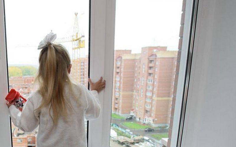 ВВышгороде 6-летняя девочка выпала с18 этажа вместе ссобакой