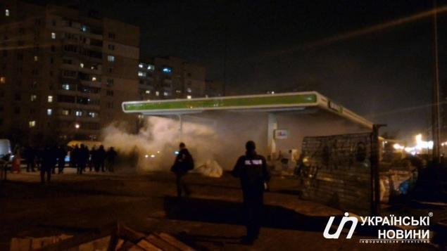 В Киеве во время разгрома АЗС на Ревуцкого ранен несовершеннолетний (фото)