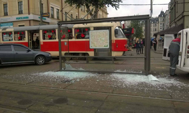Власти сэкономили на стеклянных остановках  в Киеве (фото)