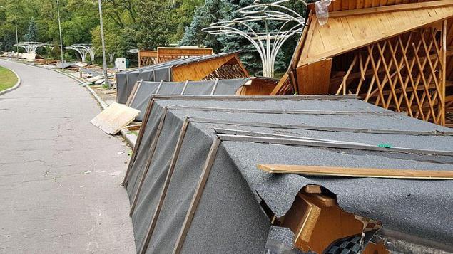На Певчем поле в Киеве разломали МАФы (фото)
