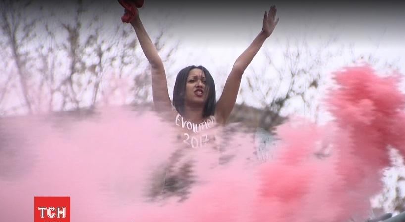 ВКиеве Femen устроила акцию протеста наАрсенальной против власти