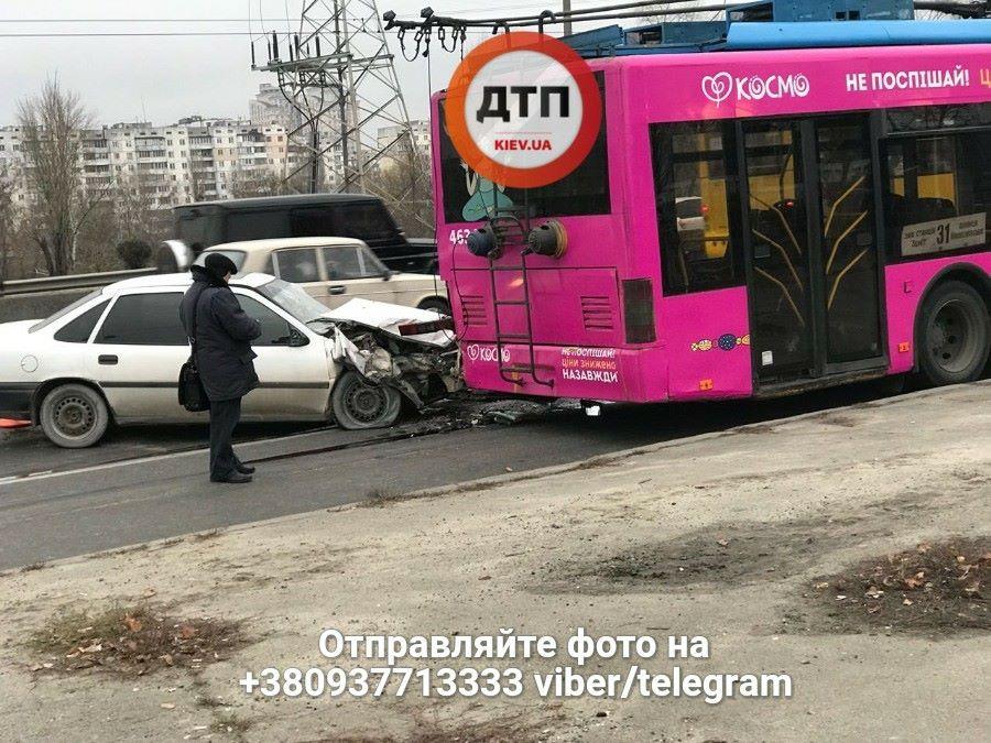 ВКиеве напроспекте Бандеры легковик протаранил троллейбус
