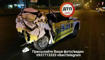 На проспекте Победы в Киеве фура врезалась в эвакуатор, такси и дерево (фото)