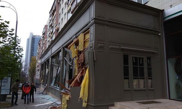 Неизвестные на экскаваторе разнесли мебельный магазин в центре Киева (фото, видео)