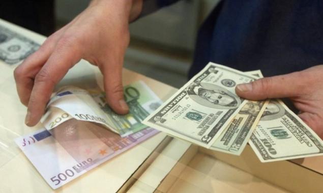 Курс рубля замедлил снижение на оповещении  В.Путина  обучастии ввыборах