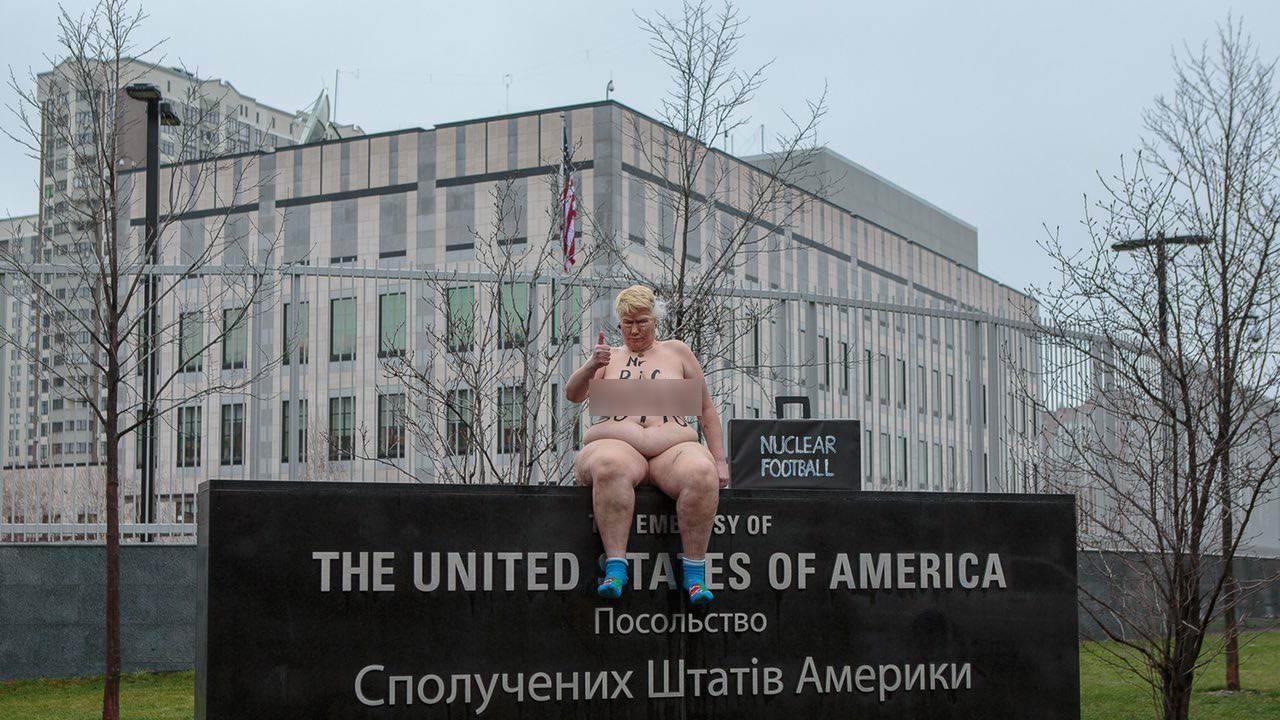 Активистки Femen догола раздели «Дональда Трампа»