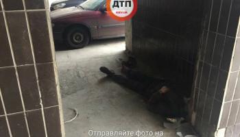 В Киеве бездомный умер на пороге больницы скорой помощи (фото)