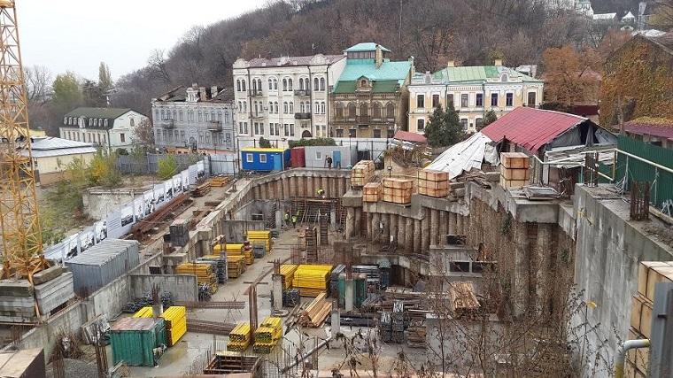ВКиеве остановили многолетнюю стройку гостиницы наАндреевском спуске