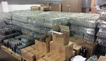 Полиция на складе в Киеве обнаружила 15 тысяч бутылок алкоголя с явными признаками подделки (фото)
