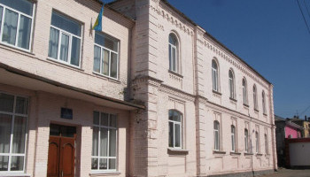 Постоянный подрядчик Васильковского горсовета подремонтирует школьную спортплощадку за 2,2 млн гривен