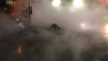 В центре Киева прорыв горячей воды, район залит кипятком, в образовавшуюся яму провалился автомобиль (видео)