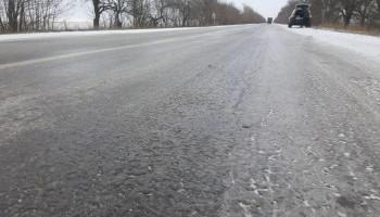 Дорога между Тарасовкой и Крюковщиной на Киевщине обледенела (видео)