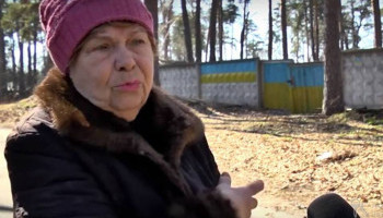 Жители Бучи жалуются, что опасно ходить по улицам из-за нависания сорванных ураганом деревьев (видео)