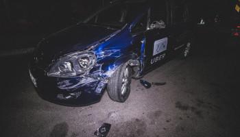 На улице Стеценко в Киеве пьяный таксист чуть не сбил двух пешеходов и въехал в грузовик (фото, видео)